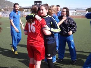 Yaiza Pérez se abraza a una compañera al término del encuentro. Foto: C. V.
