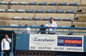 David Torres observa el partido desde la grada de Can Misses.