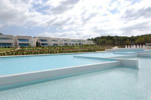 En la fotografía, un rincón de la exclusiva urbanización proyectada por el arquitecto Joaquín Torres en Ibiza. Foto: a-cero.com