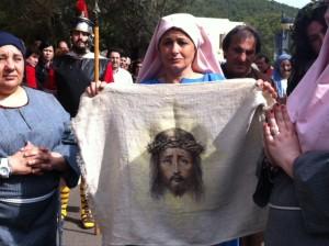 La Verónica mostrando el rostro de Jesús.