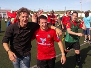 Luis Elcacho celebra la clasificación con uno de sus jugadores. Foto: V. R.
