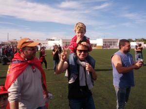 Felip Portas, en el centro de la imagen con su hijo, celebrando la clasificación del Formentera para el play off.