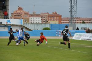 El meta de la Peña, Seral, frena el empuje de la delantera de la Arandina en el partido de ida