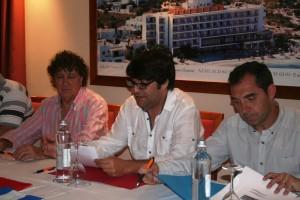 Tolo Darder, Pepe Vidal y Juanjo Bertomeu, durante la firma del convenio de colaboración.