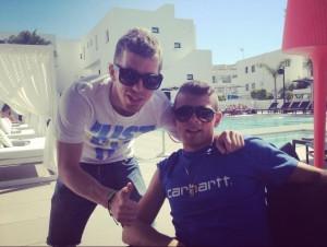 El jugador del Athletic Iker Muniain posa junto a su hermano Andoni en Eivissa.