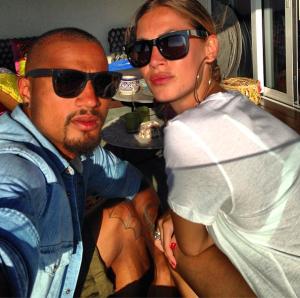 Kevin Prince Boateng y su novia, poniendo morritos en Eivissa. Foto: Twitter Kevin Prince Boateng
