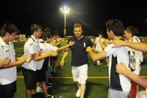 Mario Ormaechea recibe el homenaje de los aficionados tras caer ante la Arandina. Fotos: Fútbol Pitiuso