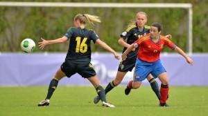 La mallorquina María Caldentey intenta zafarse de dos jugadoras de Suecia. Foto: UEFA