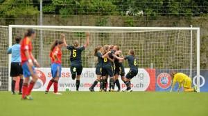 Suecia celebra su pase a la final tras marcar el último penalti ante la decepción de Yaiza Pérez, a la derecha.