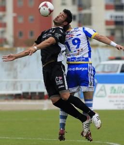 Carvajal (i), que fue expulsado por doble amarilla, salta para controlar el balón junto al ariete de la Arandina