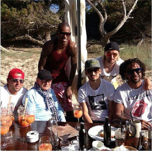 Weidenfeller, Santana, Gundogan, con la gorra verde y sentado, Schmelzer y Owomoyela se relajan en Eivissa.
