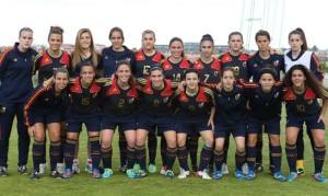 La selección española femenina Sub-17, con Yaiza Pérez la primera de pie por la derecha, viajó hoy hacia la localidad suiza de Nyon.