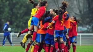 Yaiza Pérez, de amarillo, y el resto de jugadoras de España celebran su clasificación para la fase final.