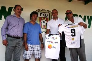 El portero internacional del Liverpool se fotografía con la camiseta de la Peña Deportiva.