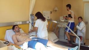Marquitos, a la derecha, pasa el reconocimiento médico con la Ponferradina.