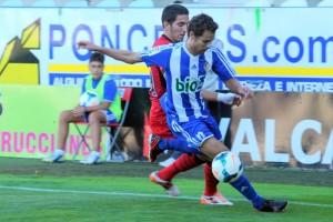 Marcos García, Marquitos, conduce el balón durante el amistoso ante el Mallorca. Foto: Jacobo Casas / Infobierzo