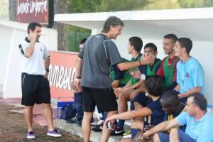 Luis Elcacho saluda a los jugadores del banquillo antes de un encuentro.