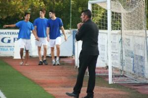 Vicente Román observa desde la banda las evoluciones del juego.
