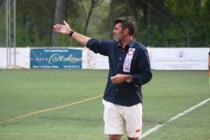 Vicente Román hace indicaciones a sus jugadores durante el partido ante el filial.