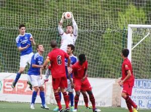 El guardameta visitante Martí ataja el balón ante la presión de tres jugadores del San Rafael.