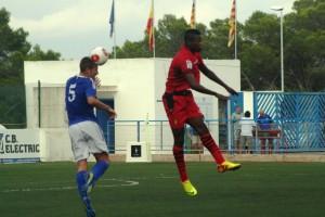 Juanma despeja el esférico ante la presión de Cedric, autor de los tres goles del Mallorca B. Fotos: C. V.