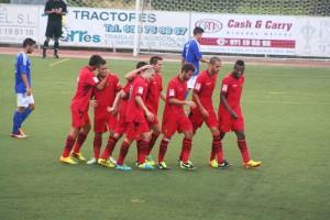 Los jugadores del filial bermellón celebran el tercer y último gol de su equipo en Sant Rafel.