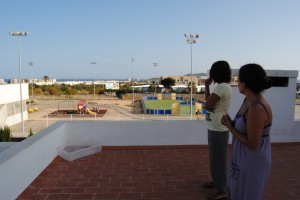 Laura y Sonia Cardona en el tejado de casa, mirando en dirección a Platja d'en Bossa, de donde proviene el ruido. Fotos: D.V.