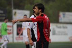Maikel, centrocampista del Formentera, durante el derbi ante la Peña. Foto: Fútbol Pitiuso