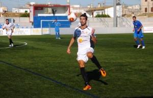 Borja Pando trata de controlar el balón en un lance del encuentro disputado en Binissalem. Foto: Fútbol Balear