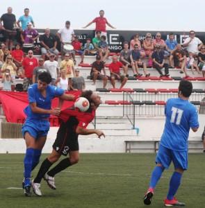 En esta acción el árbitro pudo pitar penalti sobre Piquero por agarrón dentro del área. Foto: V. R.