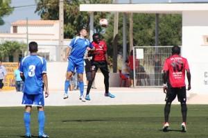 Armando salta con un rival para cabecear el balón. Fotos: V. R.