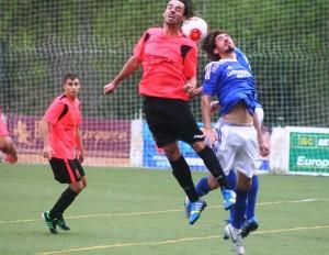 Vicent salta de cabeza por el balón con un rival del Platges de Calvià. Fotos: C. V.