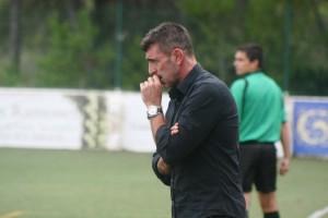 Vicente Román contempla pensativo desde la banda el partido ante los mallorquines.