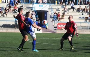 Guillem, autor del gol del San Rafael, defiende el balón ante la oposición de dos contrarios.