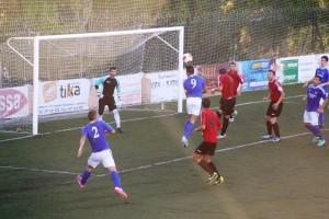 Adrián Ramos cabecea demasiado alto en una ocasión de gol de los ibicencos en la segunda mitad.