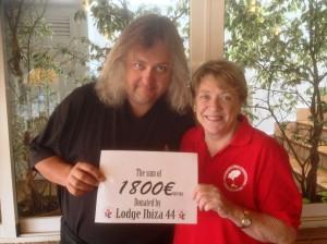 Helen Watson, presidenta de IFCC, con el cheque donado por los Hermanos de la Logia nº 44.