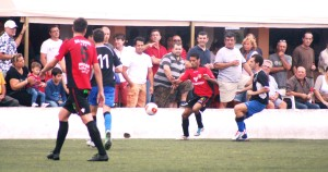 Mourad controla un balón en banda