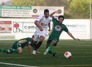 Raúl Gómez tuvo que ser sustituido tras el descanso ante el Alcúdia por sus molestias en la espalda.