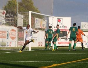 Ayrton celebra el segundo gol de la Peña y de su cuenta personal en el partido de esta tarde en Santa Eulària.