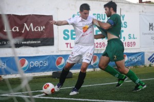 Tomillero, que salió en el minuto 64, aguanta el balón ante la presión del visitante Socias.