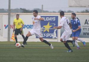 Borja Pando toca en el centro del campo para un compañero.