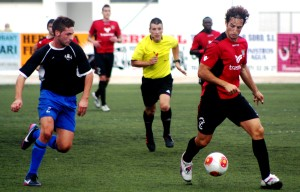 Piquero trata de avanzar con el balón contraldo. Foto: V. R.