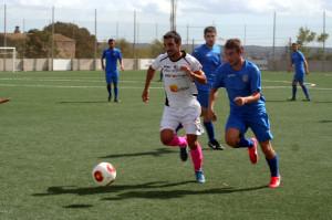 Raúl, capitán de la Peña, pugna con un jugador del Ferriolense en un lance del partido de esta jornada. Foto: Fútbol Balear