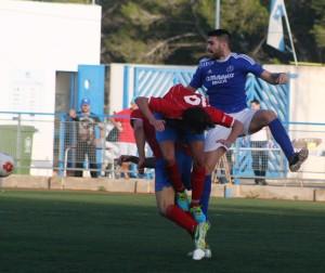 Acrobática acción entre Werner y dos rivales en un lance del partido