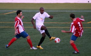 Ayrton trata de controlar un balón entre dos rivales del Manacor