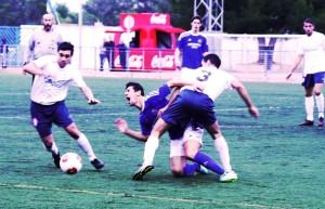Cladera derriba a Manolo Aparicio en una jugada del partido entre San Rafal y Felanitx. Fotos: C. V.