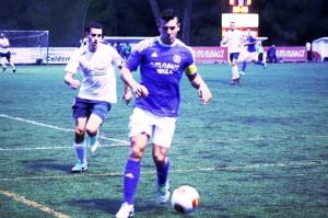 Adrián Ramos conduce el balón ante la presión de un jugador del equipo mallorquín.