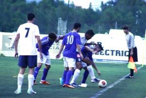 Tres jugadores del San Rafael presionan a Jeferson, delantero del Felanitx.
