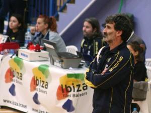 Toni Gino observa con atención el partido entre su equipo y el Río Duero San José.