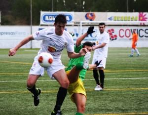 Borja García, defensa de la Peña Deportiva, pugna con un jugador del Atlético Rafal.